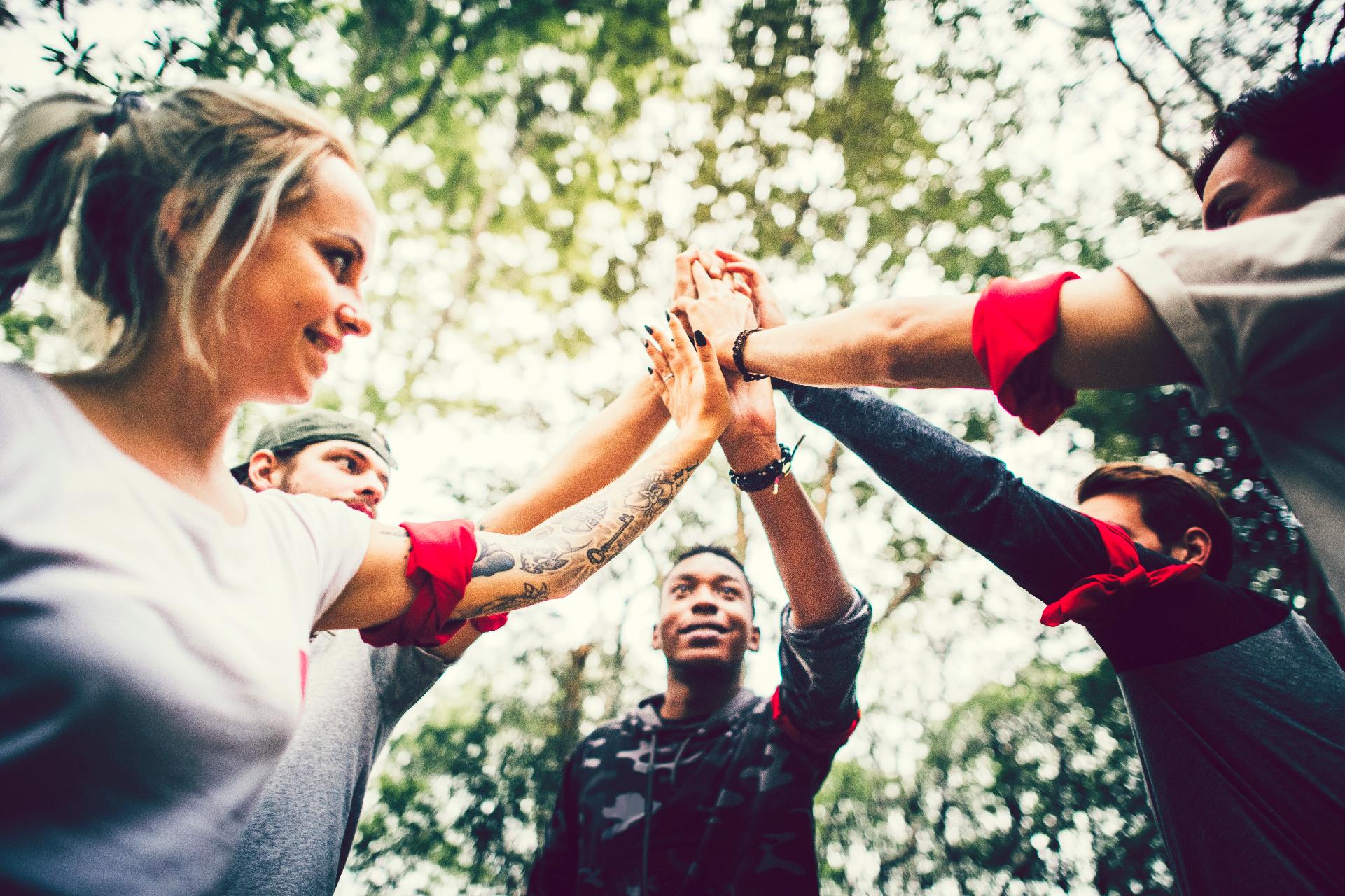 fem mennesker glade fordi de har lavet teambuilding ude i en skov